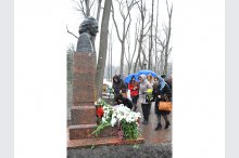 Laying flowers to the bust of Grigor Vier'